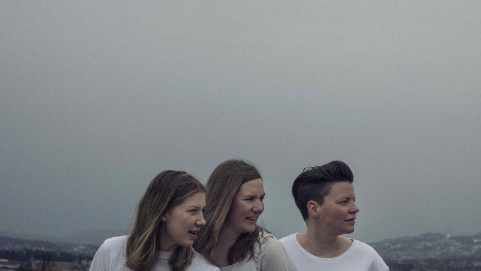 FALKEVIK: Er en trio bestående av Julie Falkevik Tungevåg, Ellen Brekken (i midten) og Veslemøy Narvesen til høyre). Lørdag spiller de i Storsalen.