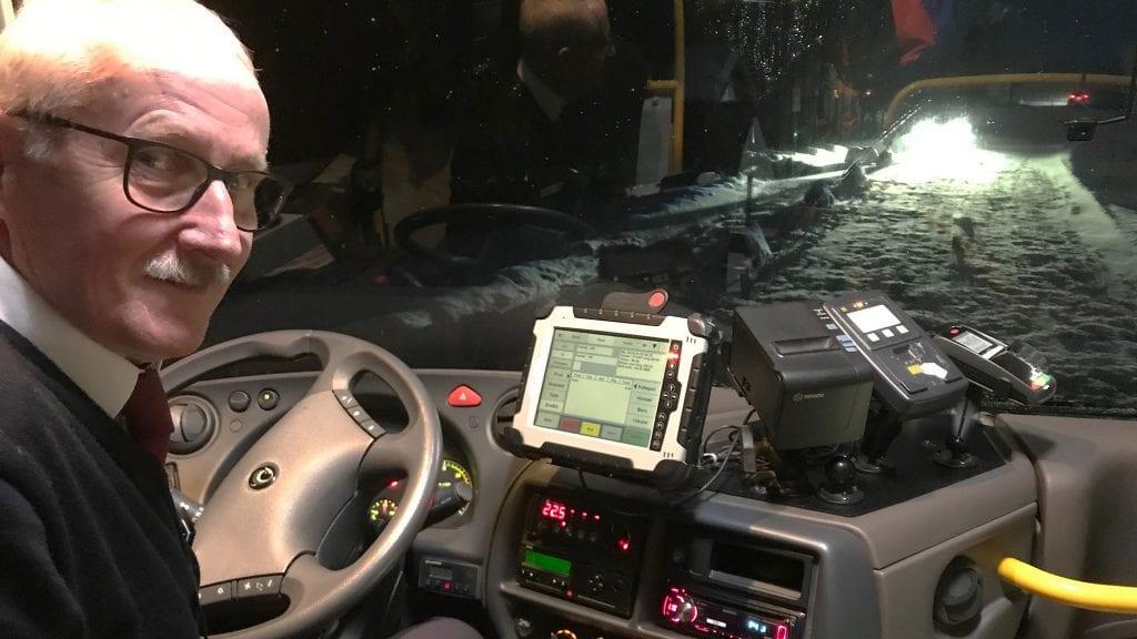 BEDRING: Bussjåfør Ola Bjørkeng konstaterer at det nå er tryggere å komme inn på busslomma foran informasjonsskiltet til Savalen, Foto: Erland Vingelsgård