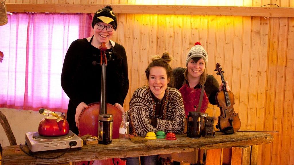 TEATER: Disse tre framførte Fremmed fugl, storm og kaffe i Tylldalen søndag. Fra venstre: Ragnhild Tronsmo Haugland, Ingrid Eggen og Anne Goro Tronsmo Haugland. Foto: Anne Skjøtskift