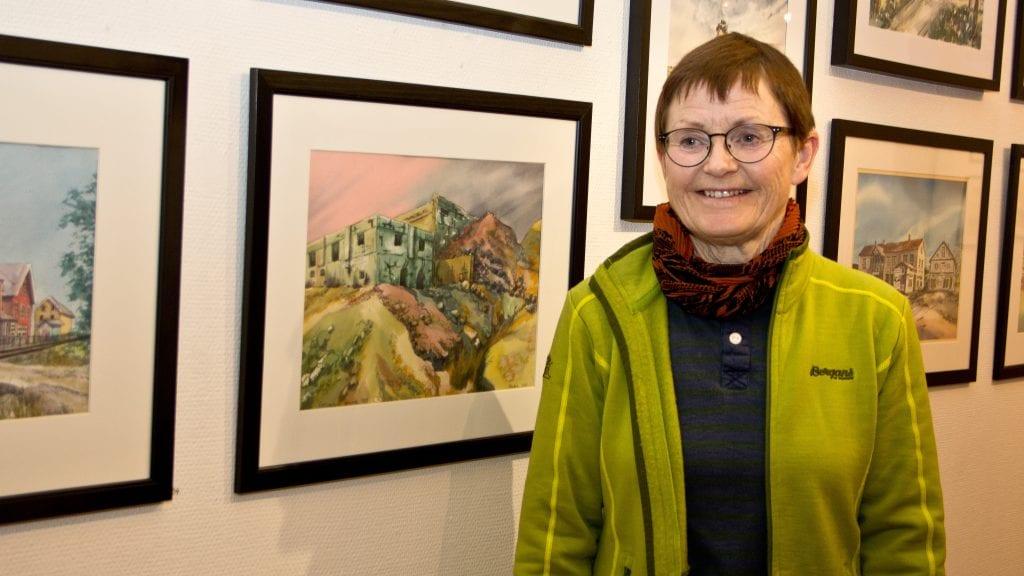 UTSTILLING: Rachel Haarseth åpnet lørdag utstilling med akvareller i Galleri Elgen. Her er hun ved et bilde fra Røstvangen gruver. Foto: Anne Skjøtskift