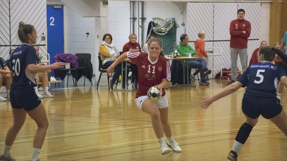LAGET ER TRUKKET: Det blir ikke mer seniorhåndball på Othilie Lunsæter og de andre spillerne på damelaget denne sesongen. Laget er nemlig trukket. Foto: Tore Rasmussen Steien.