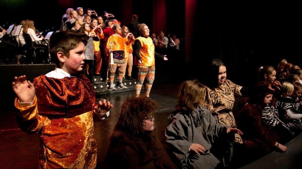 JUNGELDYR: Johan Eggen Hauge (t.v.) og de andre ungene i juniorkorpset var jungeldyr, mens Volum UB framførte Sirkel av liv fra Løvenes konge. Foto: Anne Skjøtskift