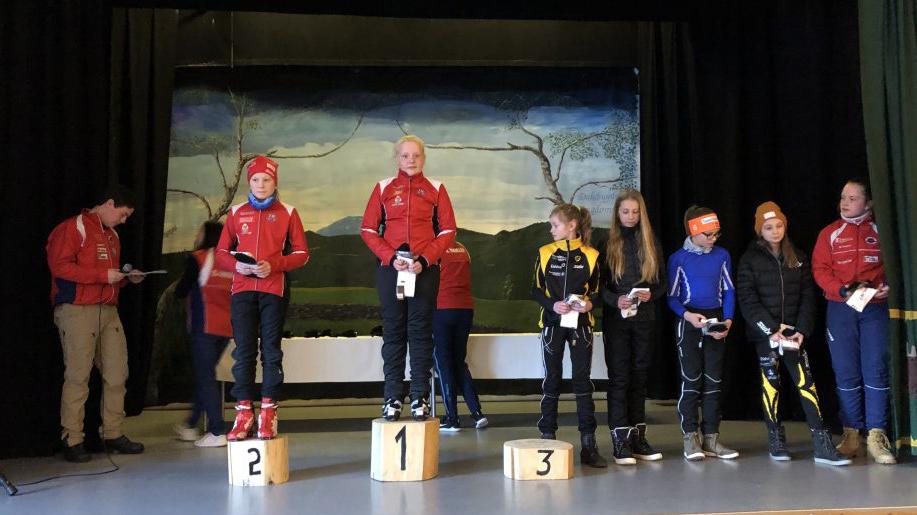 PALLPLASS: Eline Rød Feragen (t.v) og Synne Kvittum Nytrøen (i midten) var to av løperne fra Tynset som gjorde det godt i Nansenrennet. Foto: Privat