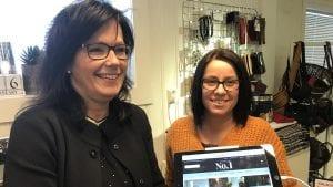 MÅ VÆRE DER: En nettbutikk er noe som må til, mener daglig leder Oddrun Gjelten (til venstre) og Bente Bredesen hos Oddruns No 1. Foto: Jan Kristoffersen
