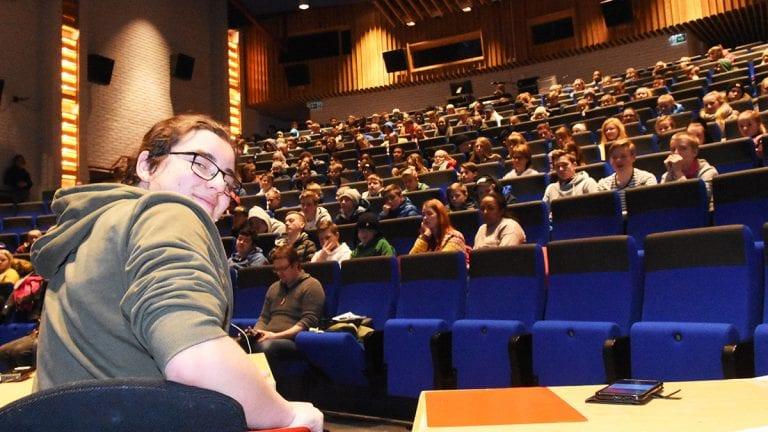 STYRTE PANELDEBATTEN: Omar Rusten meldte seg frivillig til å styre paneldebatten. Det gjorde han på en strålende måte. Foto: Jan Kristoffersen