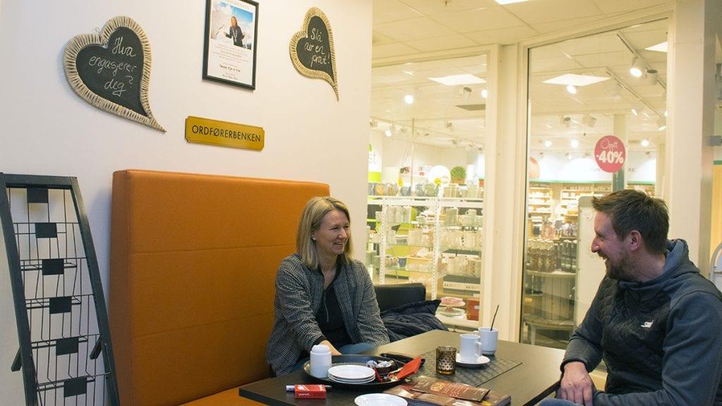 MANGE HYGLIGE SAMTALER: Ordfører Merete Myhre Moen fikk flere fine samtaler på Ordførerbenken. Her prater hun med Olav Urset Østigård. Foto: Tore Rasmussen Steien