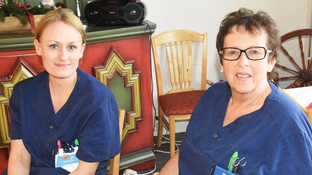 NÅ ER DET NOK. Tillitsvalgte Renate Raabe (til venstre) og Ruth Storaas Larsen er enige i at det tas vekk en nattevakt, men flere kutt er det ikke rom for i hjemmetjenesten mener de to. Foto: Jan Kristoffersen