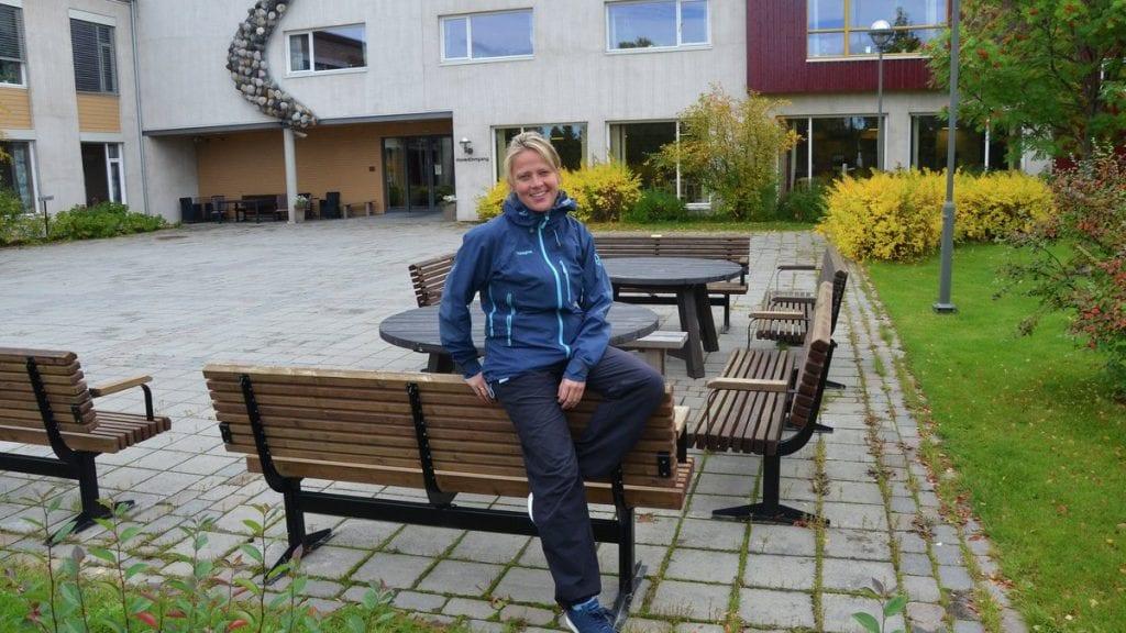 ET STEG NÆRMERE: Folkehelsekoordinator Sissel Bolstad har lenge jobbet med planene om en aktivitetspark utenfor Tjønnmosenteret. Nå vil hun ha din hjelp til å finne et godt innhold i aktivitetsparken. Foto: Erland Vingelsgård