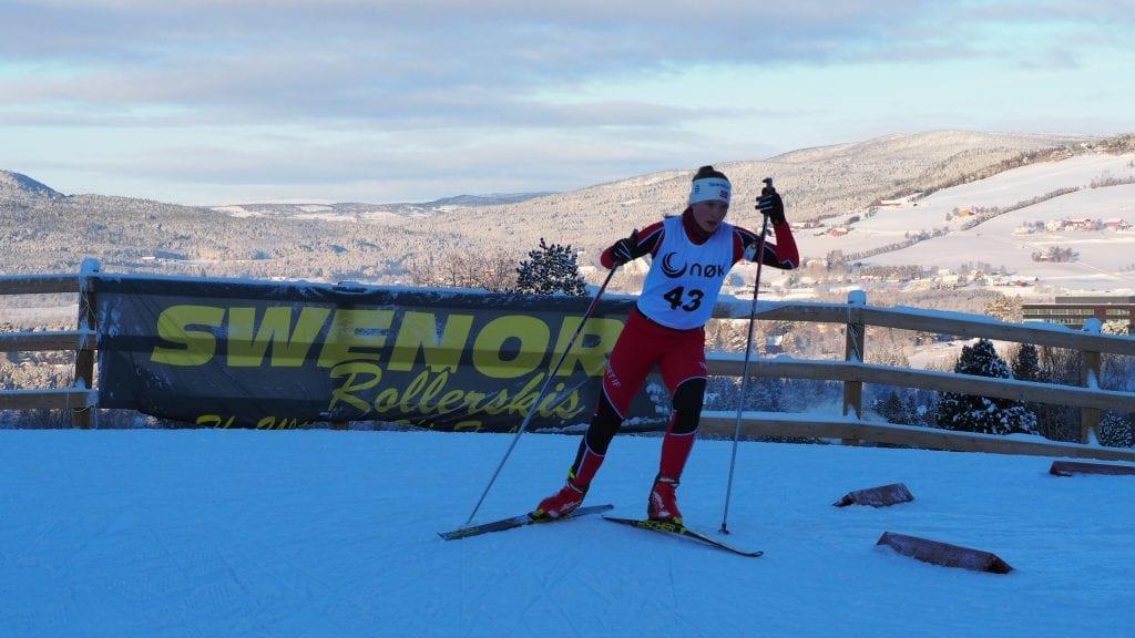 FLOTTE OMGIVELSER: Eirin Tangen på vei inn til skyting under flott rammer på Haverslia skistadion. Foto: Audun Jøstensen Lutnæs