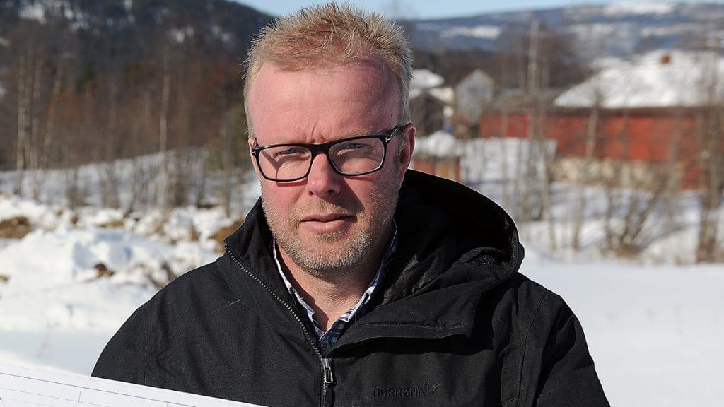 SATSER PÅ SAVALEN: Daglig leder i BF Bygg Alvdal AS, Gunnar Bråten, forteller om storsatning fra firmaets del på Savalen. Foto: Ivar Thoresen