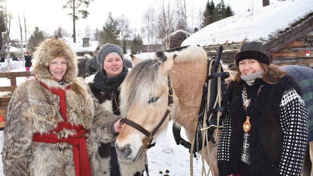 TIL RØROS: Inger Lise Sirner, Laila-Trude Bylund, hesten Lunar og Lill An Kristoffersen dro søndag formiddag fra Museumsparken i Tynset. Foto: Torstein Sagbakken