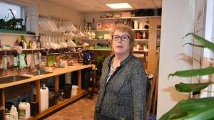 SELGER BUTIKKEN: Etter over 40 år i blomsterbransjen ønsker nå Elisabeth Jæger Rusten å selge forretningen. Foto: Jan Kristoffersen