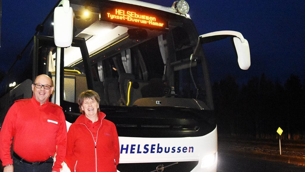 GOD ØKNING: Sjåfør Erik Strømmen og helsearbeider Inger Anne Kjøllmoen kan fornøyd se at antall passasjerer på Helsebussen er sterkt økende. Nå skal Helsebussen også kjøres i juli. Foto: Jan Kristoffersen