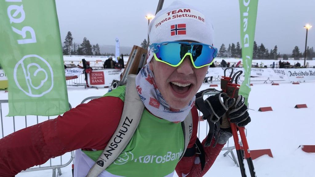 SØLVSMIL: Kulda til tross, Jakob Høsøien dro på seg et godt smil etter sølvmedaljen lørdag. Foto: Jan Kristoffersen