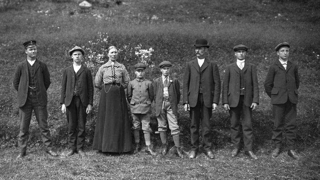 FAMILIEN: Familien Lunaas på Vehlstu er her sannsynligvis fotografert med sjølutløser av Embret Lunaas. Fra venstre: Jon, Embret, mor Maren, Magne, Asbjørn, far Paul, Karl og Magnus.
