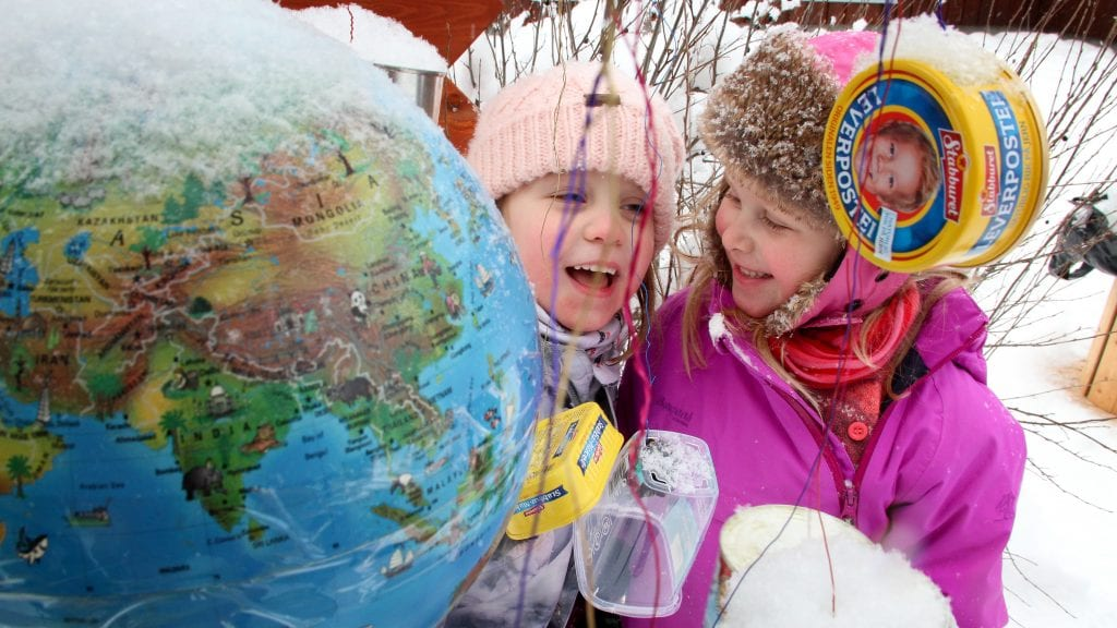 JORDKLODEN: Celine (t.v.) og Sara viser fram jordkloden som er omgitt av alt for mye søppel, ved Haverslia barnehages start på 30- årsjubileet. Foto: Anne Skjøtskift