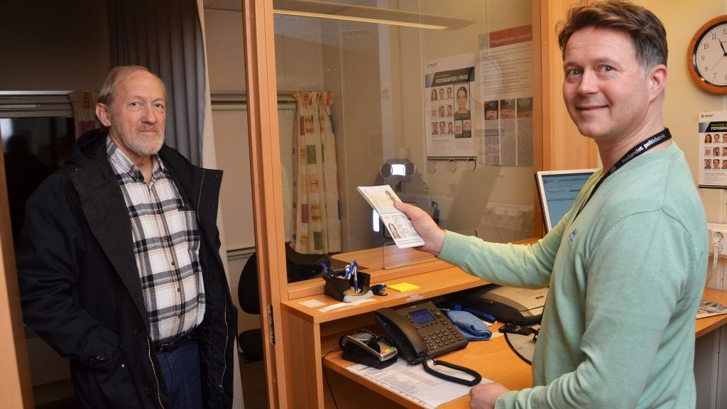 UTGÅTT: Knut Stiklestad oppdaget at passet hadde gått ut på dato. Tirsdag fikk han ordnet saken med god hjelp av Torgeir Tronslien ved Tynset lensmannskontor. Foto: Erland Vingelsgård