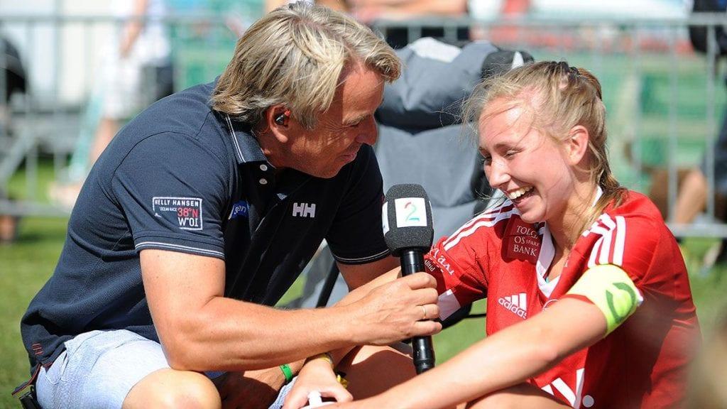 KLAR FOR EM: Tidligere Tynset-spiller Sigrid Moen, her sammen med TV2s Mini Jacobsen, er klar for student EM i fotball i sommer. Arkivfoto: Ivar Thoresen.