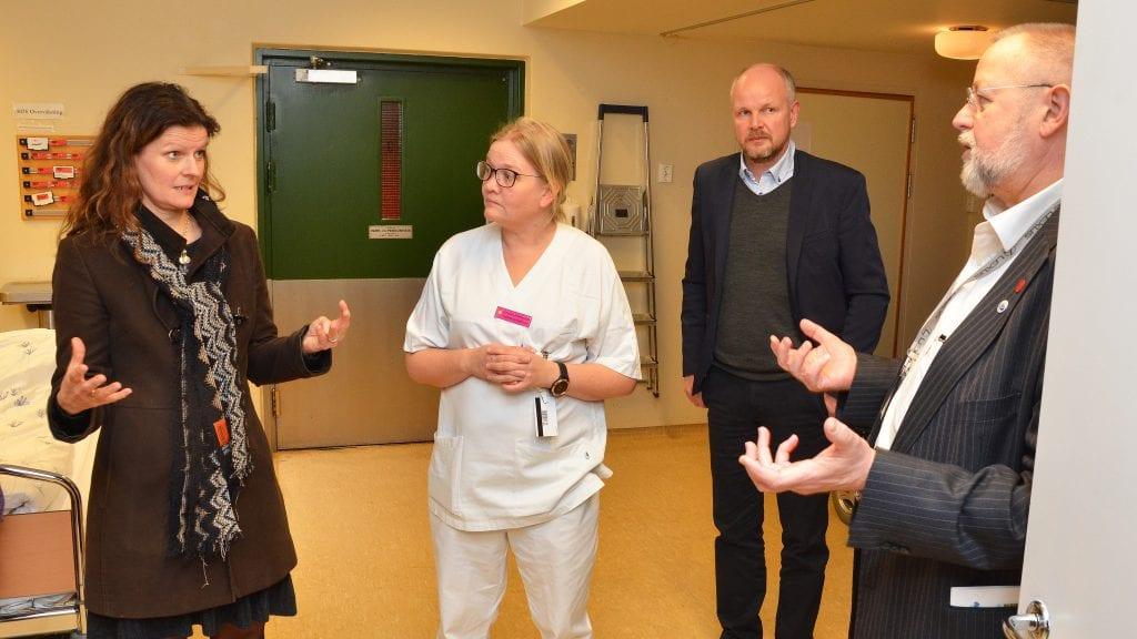 GJORDE INNTRYKK: Administrerende direktør Cathrine M. Lofthus (til venstre) samlet mange gode inntrykk på Tynset den 12. januar i år. Det påvirket trolig hennes framlegg til styresaken om nytt sjuk,ehus i Innlandet. Der ønsker hun flere pasienter til Tynset. Til høyre ser vi divisjonsdirektør Stein Tronsmoen og i midten Anita Neslund og konserndirektør Svein Tore VAlsø. Foto: Erland Vingelsgård