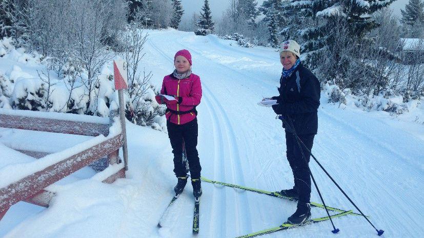 POSTENE PÅ PLASS: Skiorienteringspostene er på plass. Her er Hannah Utgård Kverneggen og May Solveig Barmoen på jakt etter poster i fjorårets sesong. Arkivfoto: Privat