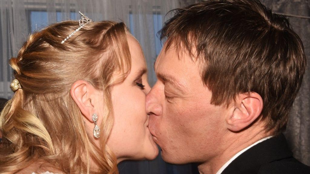 HISTORISK. Hilde Vestad og Roar Nilsen er de første som har giftet seg på Tynset Hotel. Slik markerte de at de er ektepar. Foto: Jan Kristoffersen
