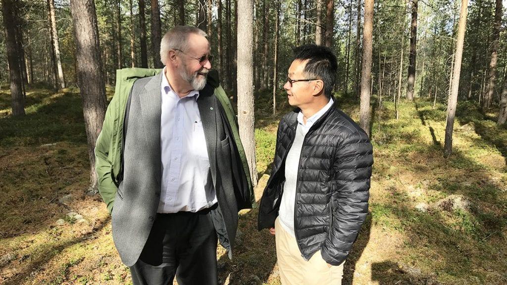 POLITISK BEHANDLING: I september var formannskapet, her representert ved Stein Tronsmoen (Sp) til venstre og Terje Hylen (H) på befaring i Tunndalen på det planlagte næringsarealet Østerdalsporten Nord. Foto: Jan Kristoffersen