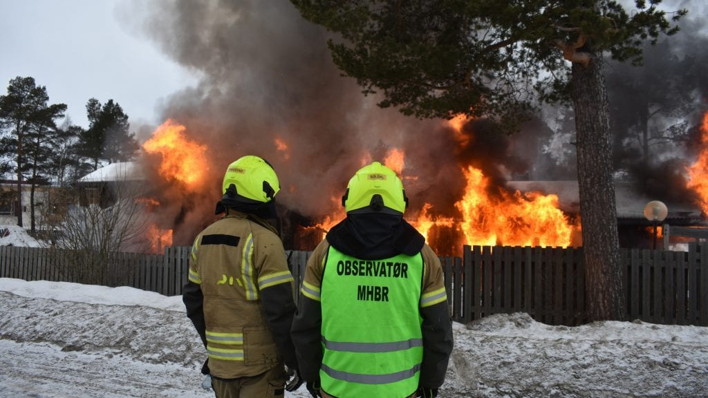 NY BRANN: Mange flere enn brannvesenets observatører fulgte nysgjerrig med da Tronstua gikk opp i flammer. Lørdag brennes også Skogly. Foto: Torstein Sagbakken