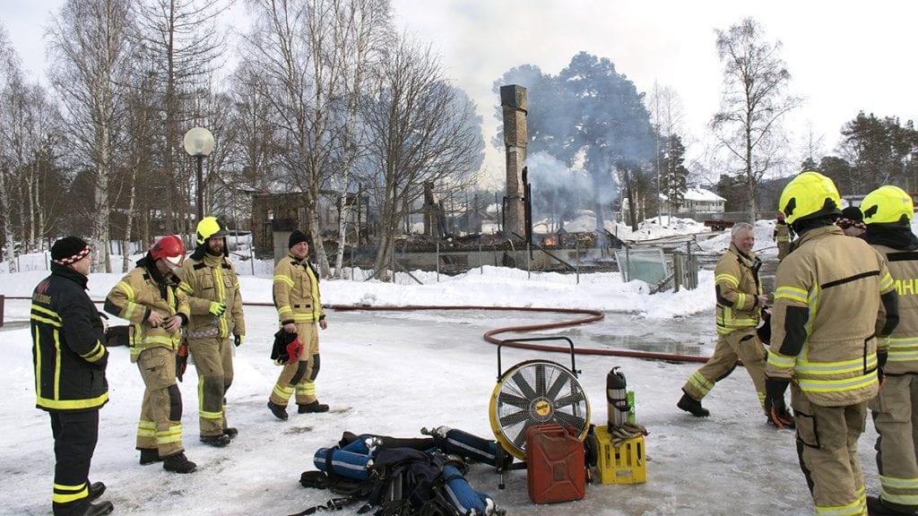 GODT JOBBET: Brannvesenet er ferdig og fornøyd med en god øvelse på gamle Skogly barnehage. Foto: Tore Rasmussen Steien