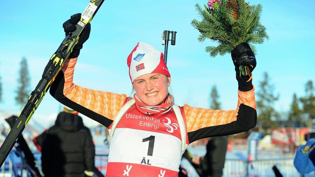 MYE Å FEIRE: Eline Gure har hatt mye å feire denne sesongen. Her feiret hun NM-gull. I helga feiret hun stafettbronse og sammenlagtseier Foto: Svein Halvor Moe