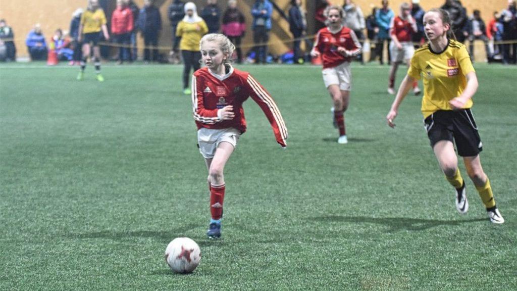 STOR FOTBALLHELG: 81 kamper skal spilles i Nytrømohallen fra fredag til og med søndag. På bildet ser vi Erika Skogan (i rødt) i aksjon under fjorårets Aktiv Cup. Arkivfoto: Jan Kristoffersen