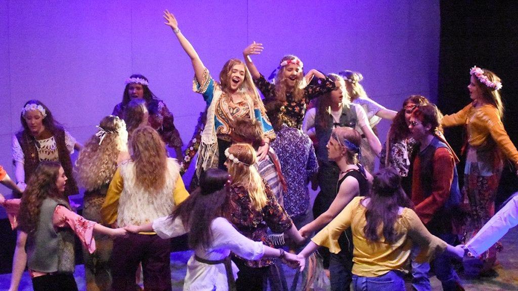 STORT ENGASJEMENT: Dte sprudlet av aktørene på scena da musikklinja torsdag kveld framførte Hair. I kveld er det ny forestilling. Foto: Jan Kristoffersen