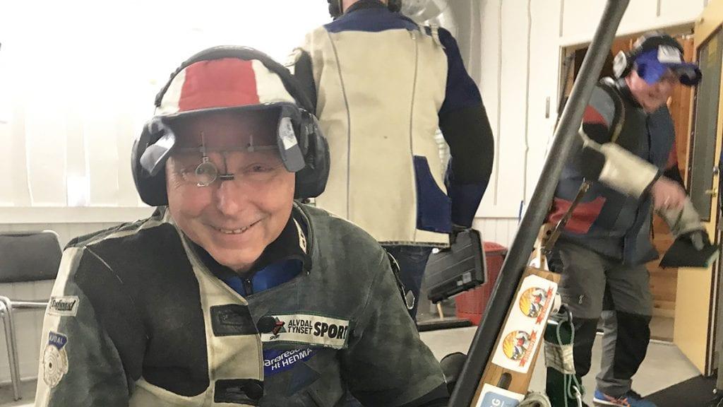TILBAKE I SKYTTERMILJØET: For første gang etter en ny kamp mot kreften og en hjerneblødning var Hans Sollid tilbake på skytebanen onsdag. Foto: Jan Kristoffersen