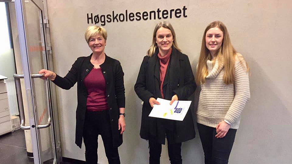 BESØK: Stortingsrepresentant Nina Sandberg (i midten) besøkte Tynset studie- og høgskolesenter mandag. May Tove Dalbakk til venstre og Reidun Andrea Rønning til høyre. Foto: privat.