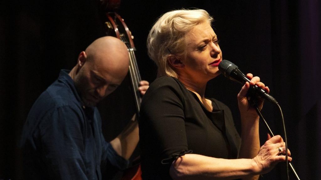 """MULTIKUNSTNEREN: Hilde Louise Asbjørnsen og """"ridderne"""" hennes framførte en flott konsert i jazzklubben lørdag. Til venstre er bassist Jens Fossum. Foto: Anne Skjøtskift"""