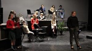 STILIG: Unge skuespillere lytter til regissørens formaninger, elegant plassert på den stilige scena i kulturhuset. Snart er det premiere på vårens store forestilling. Foto: Anne Skjøtskift