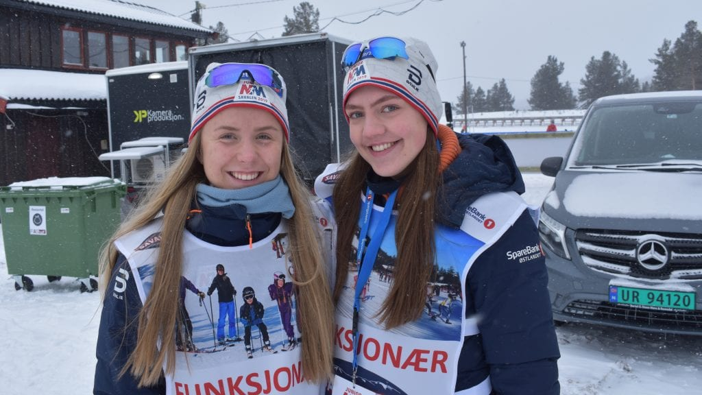 HJELPER TIL: Ingeborg Hagen og Synne Aasen Kveberg er to av mange elever fra Nord-Østerdal videregående skole som bidrar under junior-NM på Savalen. Foto: Torstein Sagbakken.