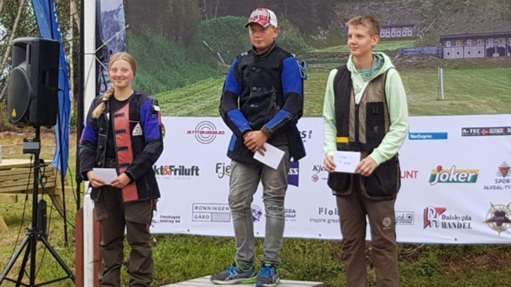 BLID SKYTTER: Julie Østgård strålte da hun kom videre til finalen i NM jaktfelt. Foto: privat