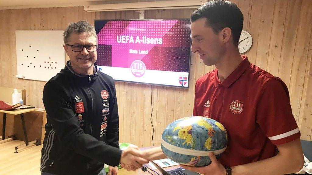 PÅSKEEGG TIL TRENEREN: Etter at den nest høyeste utdannelsen i fotballtrener-Norge er i boks, ble Mats Lund satt pris på av blant annet leder i fotballgruppa, Bent Kvisle (til venstre). Foto: Jan Kristoffersen
