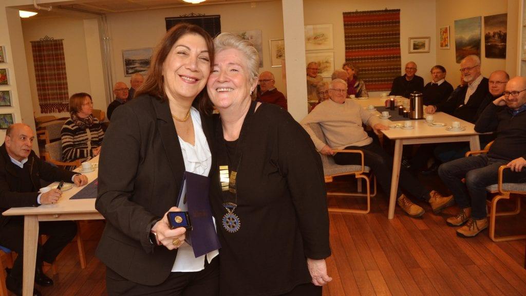 STAS: Mahnaz Moayeri satte stor pris på å få heder fra rotary-president Marit Arnesen. Foto: Erland Vingelsgård