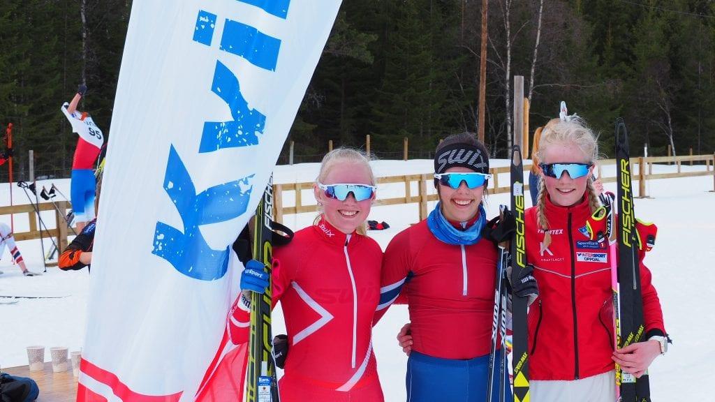 TAPETSERTE PALLEN. Disse tre jentene sørget for storeslem for Kvikne IL i J16-klassen. Fra venstre: Emilie Schärer, Emma Tørhaug Brevad, og Mari Grøtli Svergja. Foto: Audun Jøstensen Lutnæs