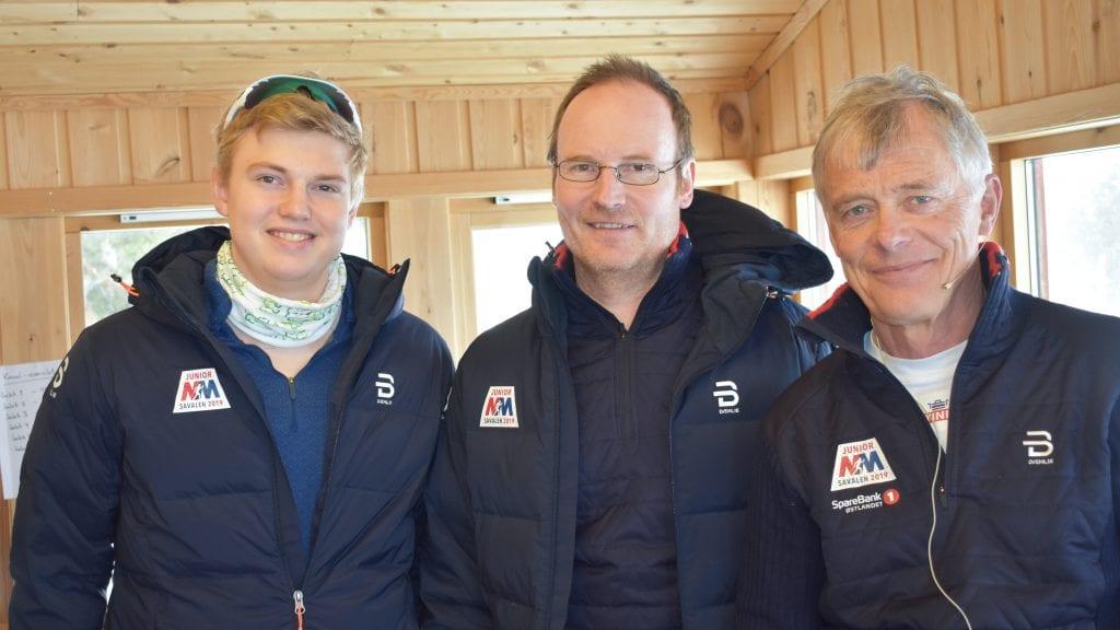 DYKTIGE: Erlend Kvittum Nytrøen, Sigbjørn Nygård og Lars Bronken sørger for at publikummerne på Savalen er oppdaterte på mellomtider og plasseringer. Foto: Torstein Sagbakken.