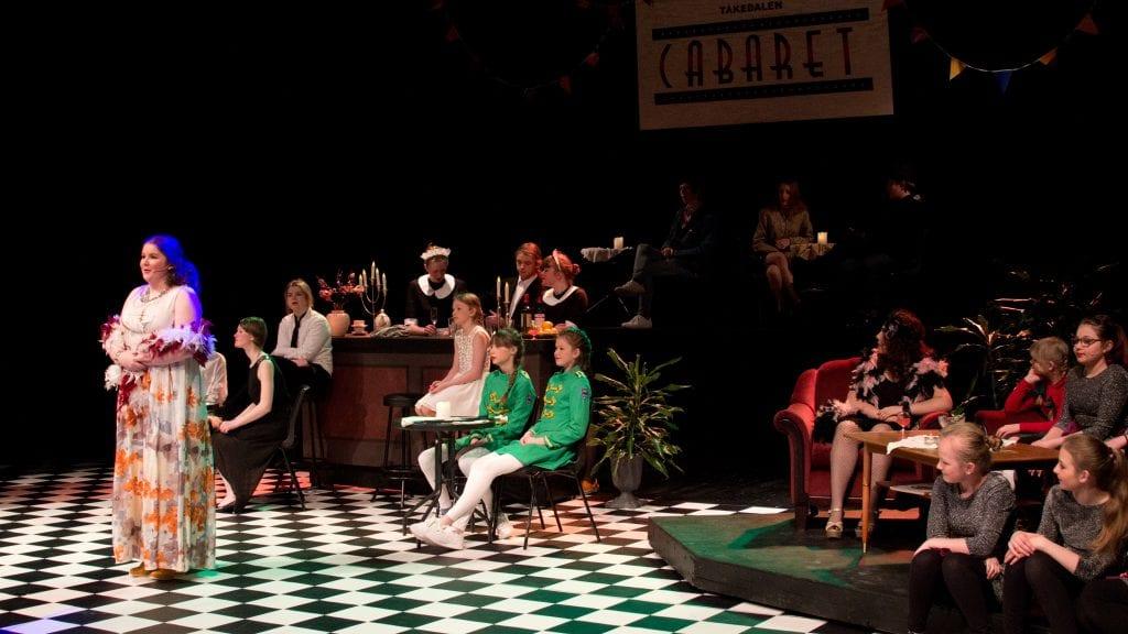 CABARET: Pensjonateieren Silvia Nightfog, i Ina Hyttemoens skikkelse, kan omsider gjenåpne sitt pensjonat og ønske gjestene velkommen til Tåkedalen Cabaret. Foto: Anne Skjøtskift