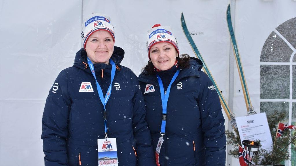 STÅTT PÅ: Linda Fiskvik og Kjersti Haga Vang har jobbet hardt i helga for å sørge for god servering under junior-NM på Savalen. Foto: Torstein Sagbakken.