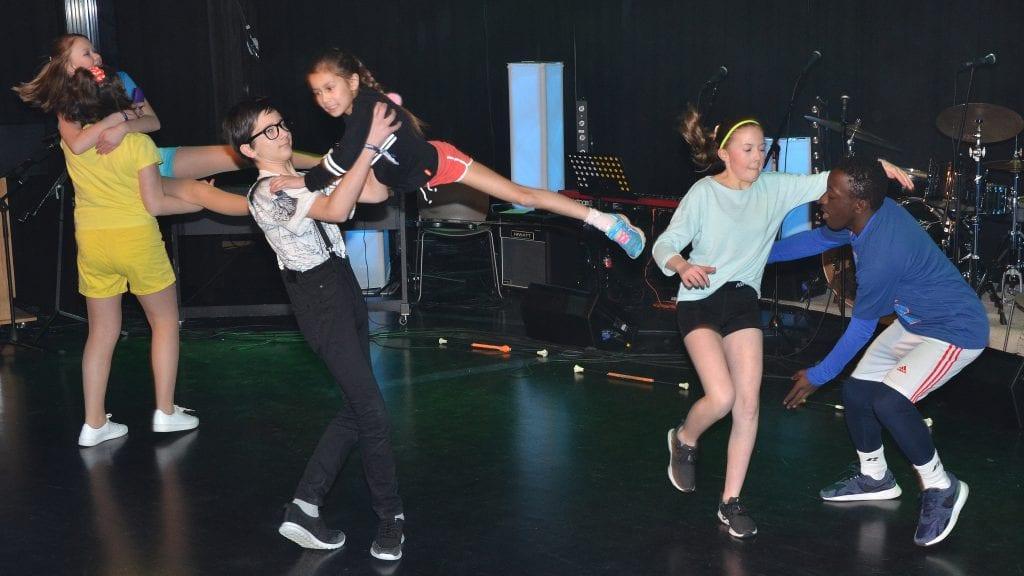 """SVINGENDE: Tynsets High Scool Musical framførte """"We'are all in thsis together, og høyest svever Nina Bekken fra Kvikne. Foto: Erland Vingelsgård"""