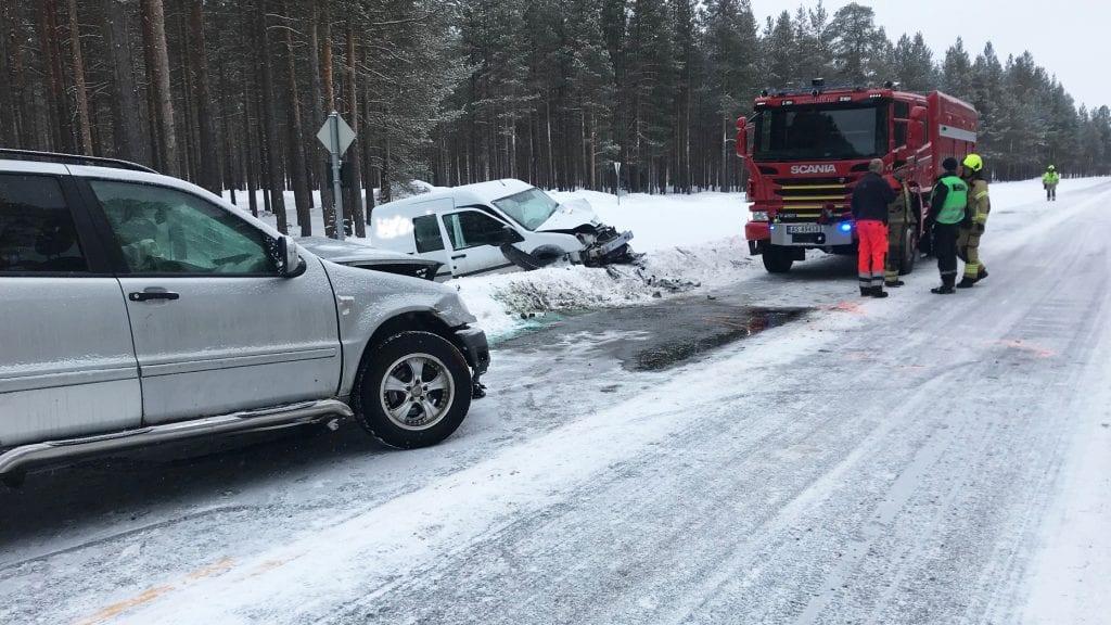 FRONT MOT FRONT: Heldigvis ble ingen alvorlig skadet da to biler kolliderte front mot front ved Telneset. Begge foto: Erland Vingelsgård.