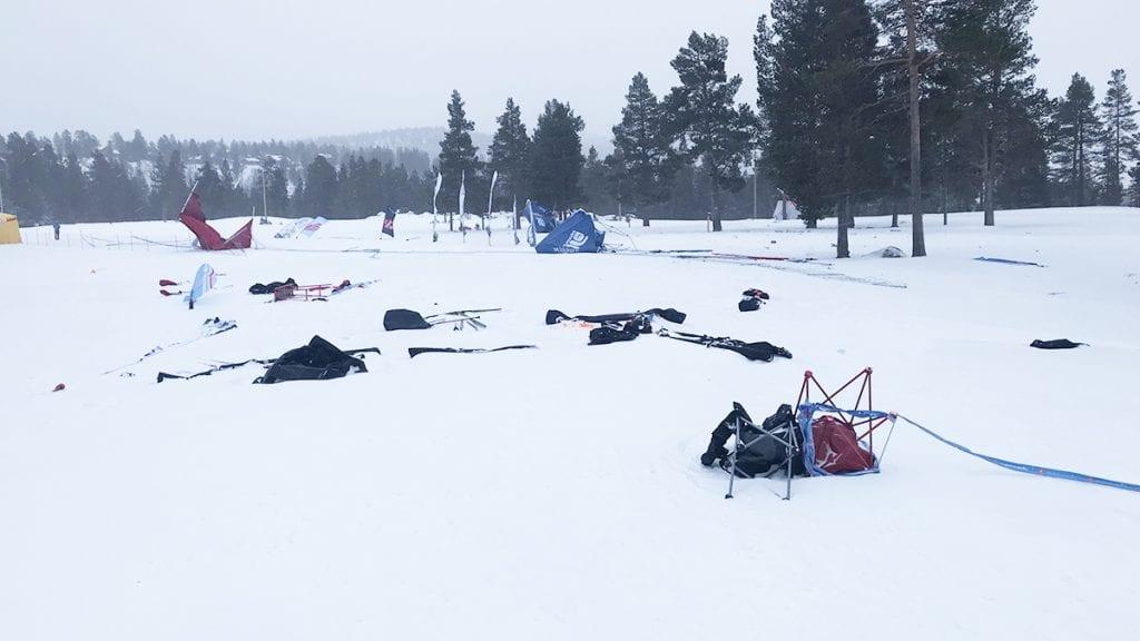 STERK VIND: Slik så det ut på Savalen skiarena etter lysets frambrudd. Starten er utsatt til klokken 12.00. Foto: Jan Kristoffersen