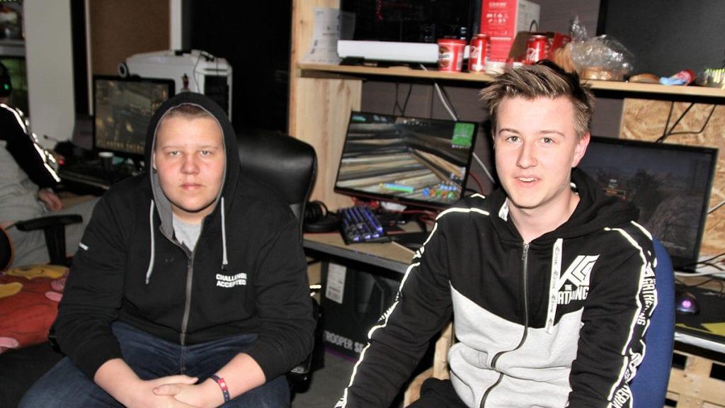 PÅ PLASS: Alexander Bakken (til venstre) og John Arne Bangen deltok også i år på The Gathering, et av verdens aller største dataparty. Foto: Svein Halvor Moe