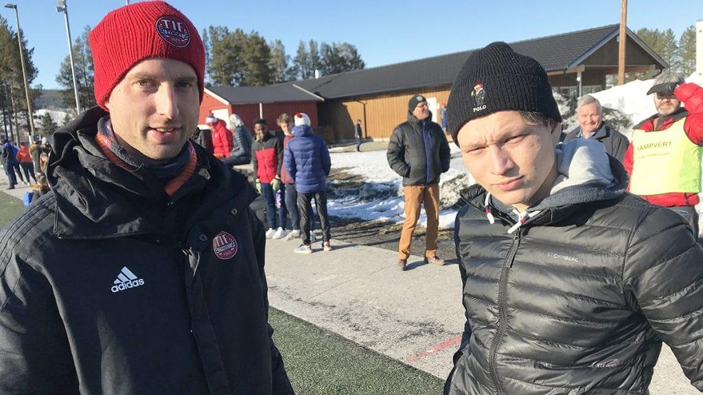 HJEMMESTART: Lørdag kan trener Mats Lund (til venstre) og Magnus Aakerøien endelig se fram til sesongens første hjemmekamp. Foto: Jan Kristoffersen