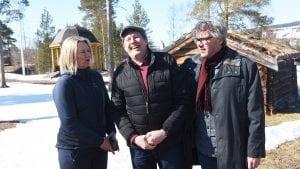 VIL HA DEG MED: Disse tre, Merete Myhre Moen, Morten Sandbakken (i midten) og Bersvend Salbu, gleder seg allerede til årets spekematfestival. Har du lyst til å bidra i arrangementskomiteen er det bare å ta kontakt med festivalledelsen ved Morten Sandbakken. Foto: Jan Kristoffersen