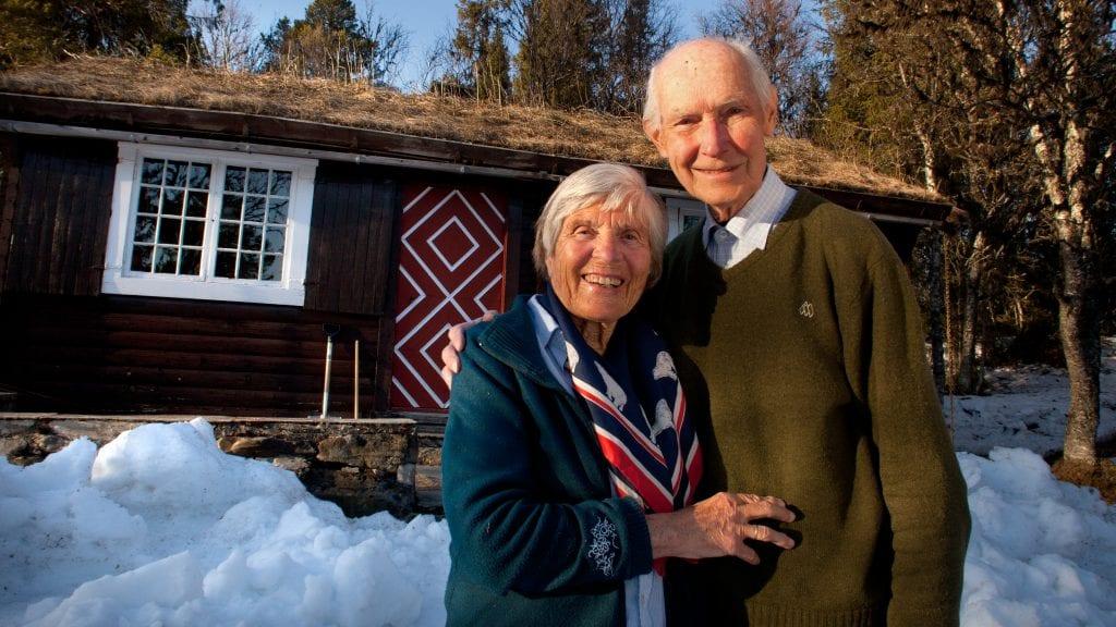 HYTTELIV: Berit og Gunnar Aasland trives med det enkle hyttelivet på Tylldalskjølen, og benytter det flotte påskeværet til å gå på ski i kjente og kjære omgivelser. Foto: Anne Skjøtskift